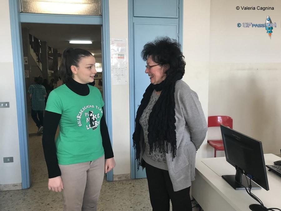 professore e valeria cagnina presso la Scuola Dante di Casale Monferrato evento robotica educativa ofpassion