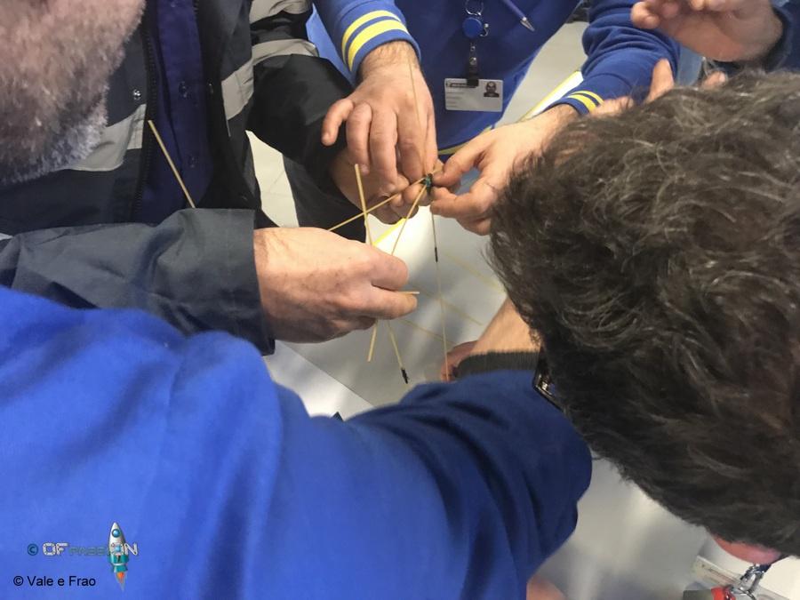 dipendenti alle prese con la marshmallows challenge nell'attività team building e formazione presso michelin alessandria