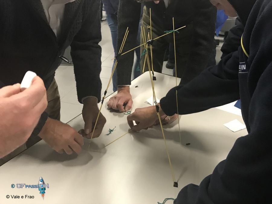 marshmallows challenge costruire torre di spaghetti con nastro adesivo