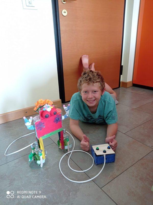 ofpassion robot ragazzo felice